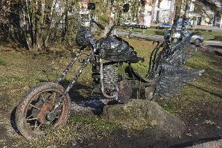 Найден «угнанный» из парка Севастополя кованый крылатый мотоцикл