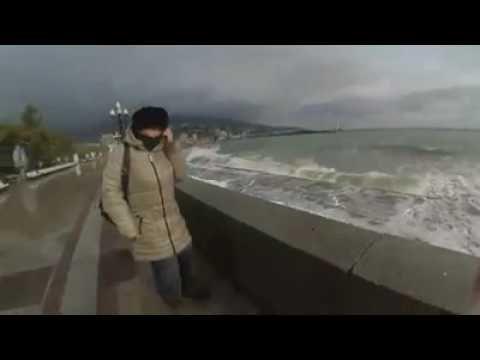 В Ялте во время шторма двое парней упали с верхней набережной на нижнюю