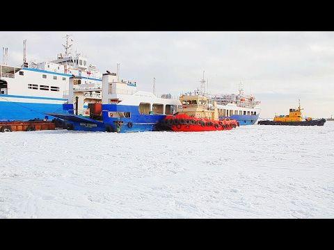 На пути паромов керченской переправы во льдах застряло судно