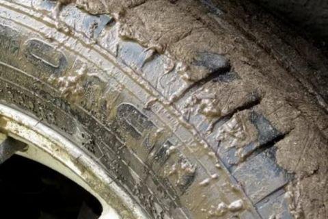 В Симферополе маршрутка объезжала пробку и увязла в грязи