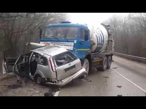 Под Старым Крымом бетономешалка смяла легковой автомобиль