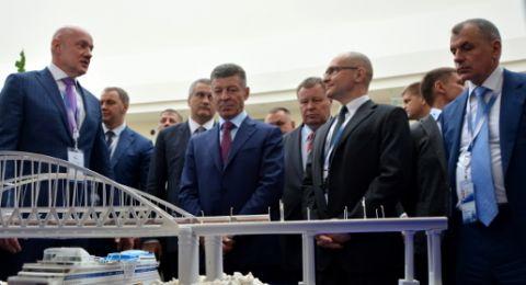 Козак и Кириенко ознакомились с выставкой инвестиционного потенциала Крыма на ЯМЭФ