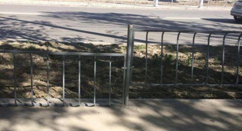 Ространснадзор по требованию симферопольцев обязал подрядчика ремонта ул. Севастопольской переделать установленные вверх ногами ограждения