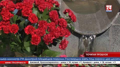 Более 2000 студентов возложили цветы к монументу в Крымском инженерно-педагогическом университете