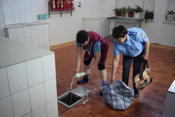 В Симферополе у стихийщиков отбирали молоко и выливали в канализацию