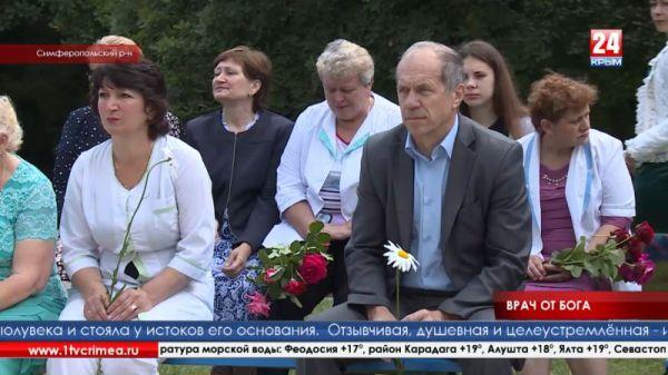 В Симферопольском районе на здании санатория «Опушки» установили мемориальную доску заслуженному врачу Крыма Неле Лазнян