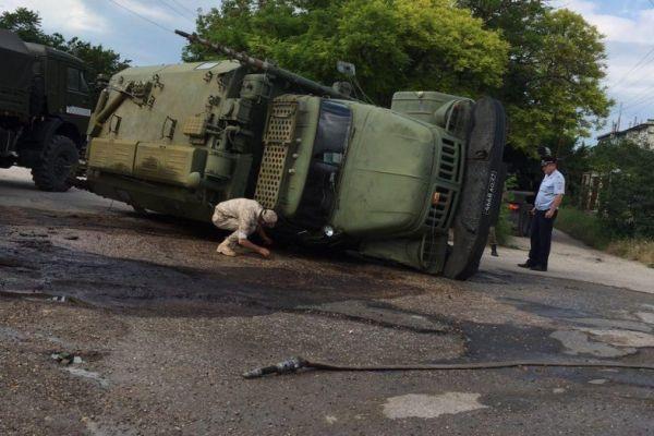 В Бахчисарайском районе военные перевернулись на боевой машино