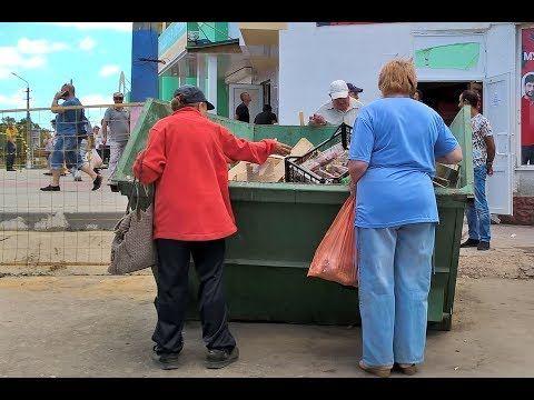 В Симферополе выброшенные после рейдов товары люди разобрали прямо из мусорки