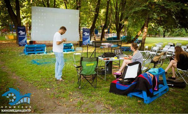 В парке им. Ю.А. Гагарина в Симферополе продолжает работать бесплатный уличный кинотеатр