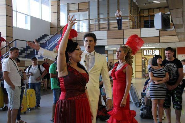 В аэропорту «Симферополь» прошел оперный флэшмоб
