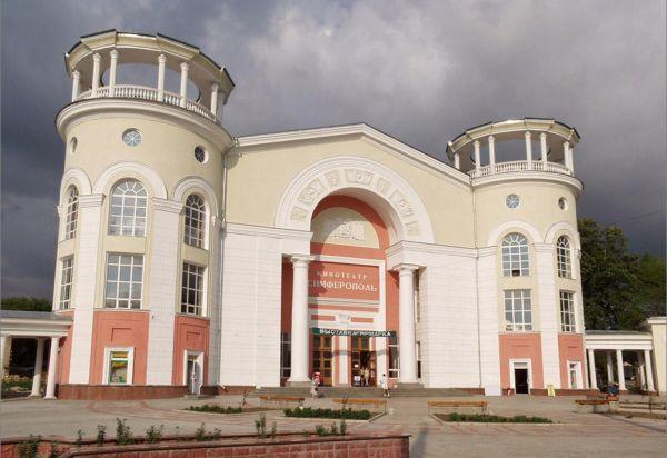 Специалисты Госкомрегистра оформляют здания крымских кинотеатров