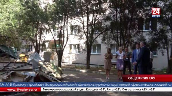 Сергей Аксёнов объявляет выговор Геннадию Бахареву, а Сергею Доничу дарит старую тумбочку