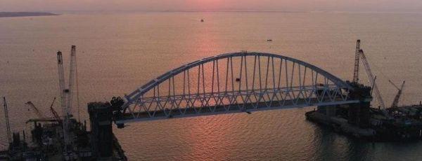 """Корабль """"Азов"""" впервые прошел под аркой Крымского моста"""
