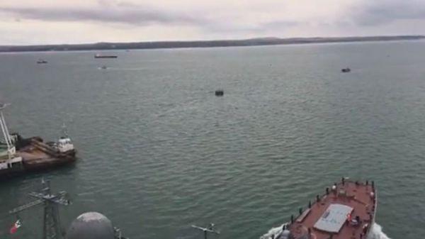 """Корабль """"Азов"""" впервые прошел под аркой моста через Керченский пролив"""