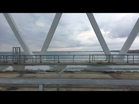 Корабль «Азов» прошел через арку Керченского моста