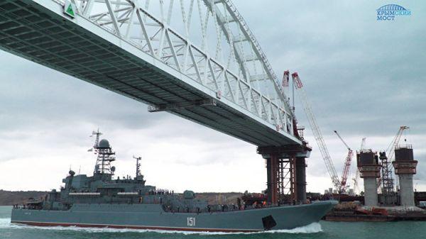 Под железнодорожной аркой моста в Крым прошло более 550 судов