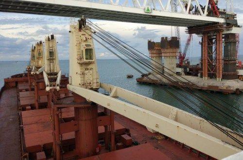 Под аркой Крымского моста прошли 26 судов, следующих в украинские порты