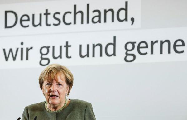 Автомобиль Ангелы Меркель забросали помидорами напредвыборном митинге