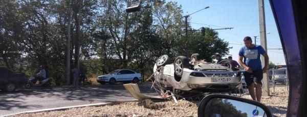 В Симферополе легковушка после столкновения с микроавтобусом перевернулась на забор