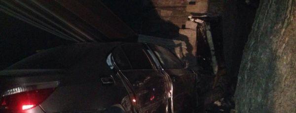 """ДТП в Симферополе: водитель на BMW """"заехал"""" в чужой гараж, чуть не убил пассажира"""