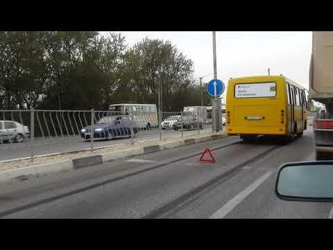 В Симферополе автобус протаранил легковушку