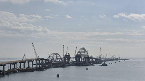 Строители установили автомобильную арку Крымского моста— Стройка века