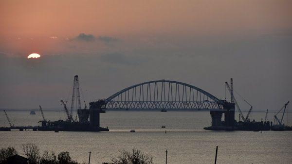 Началась транспортировка автодорожной арки Крымского моста к фарватеру