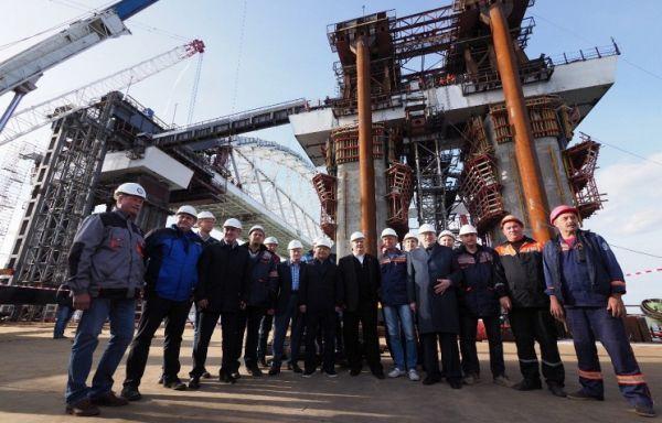 Лидеры думских фракций понаблюдали за установкой арки Крымского моста