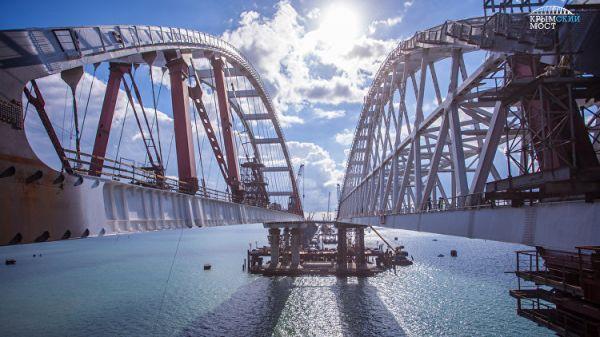В Керченском проливе установили автодорожную арку моста