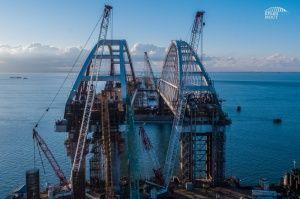 Арку моста в Крым установили на 18 часов раньше