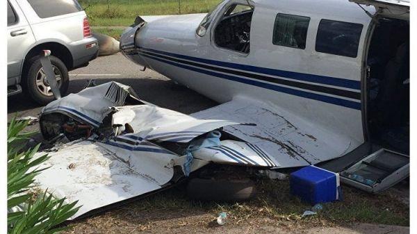 Во Флориде самолет при посадке на дорогу врезался в две машины