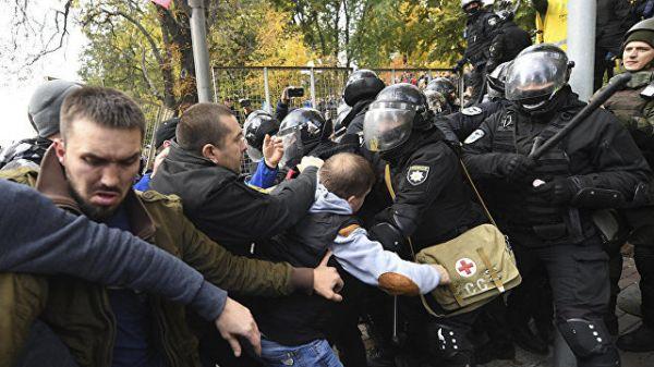 У здания Рады митингующие устроили стычку с полицией