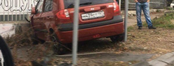 Воскресное ДТП в Симферополе: три машины разбиты, одна и них - в заборет дома