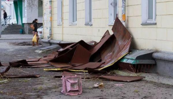 В Симферополе на прохожих свалился кусок железа с крыши