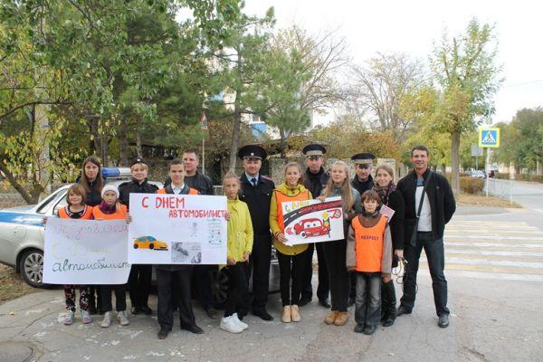 Водителей города Евпатории школьники поздравили с Днем автомобилиста