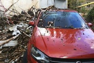 В Песчаном из-за оборвавшего ЛЭП тополя загорелась иномарка