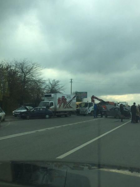 На выезде из Симферополя столкнулись пять авто