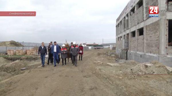 Успеют ли в срок? Депутат Госдумы Андрей Козенко проверил строительство детсадов и школы по ФЦП в Симферопольском районе