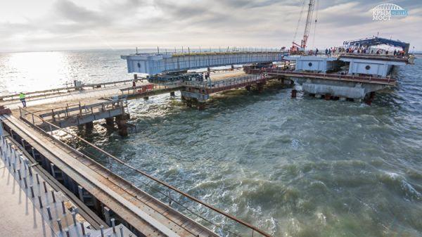 Косу и остров Тузла соединили автодорожными пролетами Крымского моста