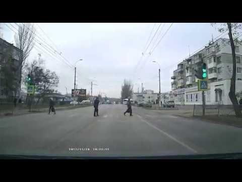 В Керчи пешеходы переходят дорогу на красный сигнал светофора