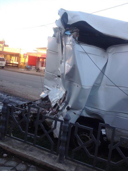 На крымской трассе грузовик разбил два микроавтобуса, повалил столб и перевернулся