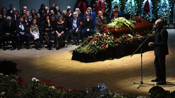 Сотни поклонников, музыка и цветы: в Москве простились с Дмитрием Хворостовским