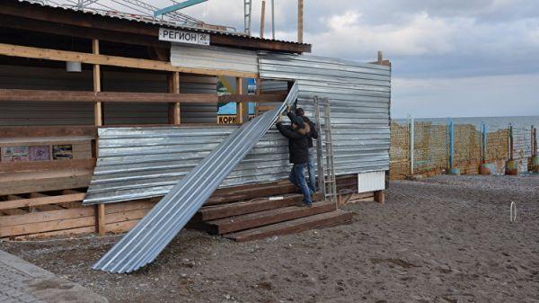 На ялтинском Приморском пляже сносят незаконное кафе