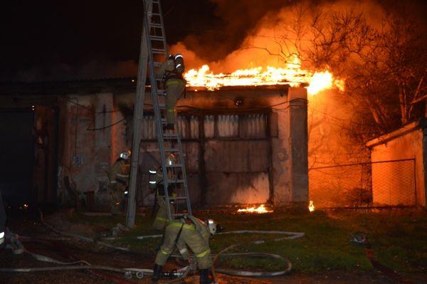 В Севастополе бушевал пожар на мебельных складах