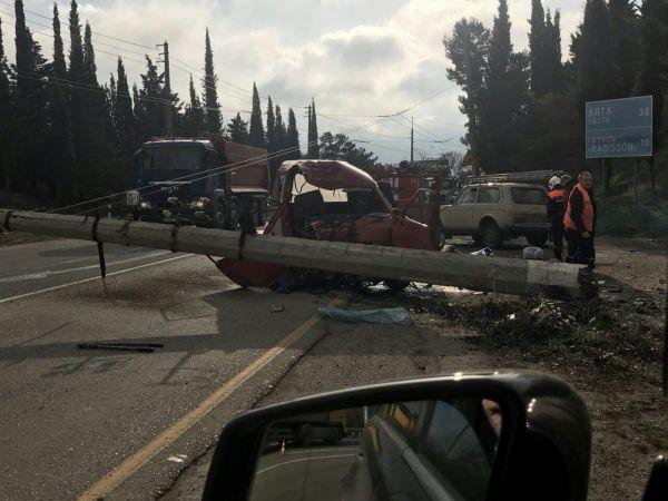 Уничтоженный столб: жуткое ДТП на трассе Симферополь - Ялта