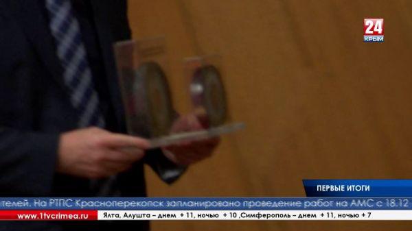 Срез силового многожильного кабеля двух высоковольтных линий подарили полуострову на Первом Крымском муниципальном форуме, который прошёл в Госсовете Республики