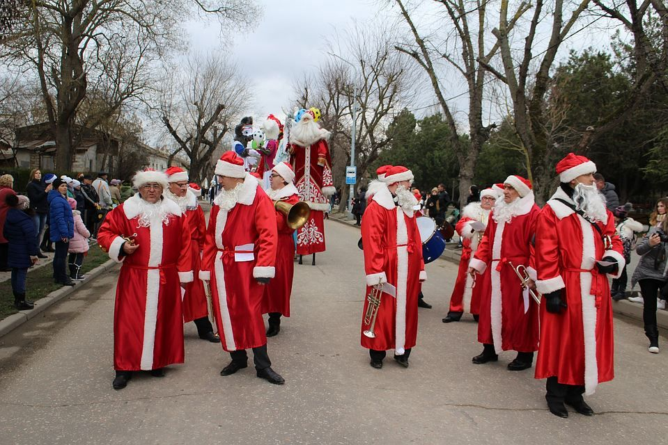 ВКраснодаре прошел парад Дедов Морозов