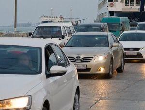 Сотни машин скопились у закрытой Керченской переправы