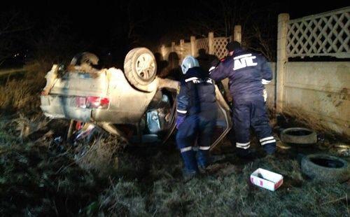 В Крыму водителя ВАЗа деблокировали из опрокинувшегося автомобиля