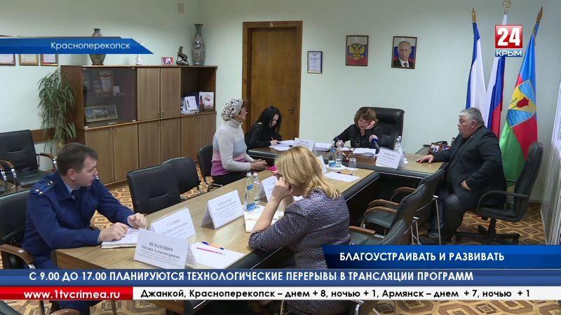 Вице-премьер крымского правительства Лариса Опанасюк проверила, как идёт благоустройство парка Героев Перекопа